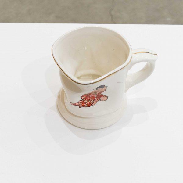 ぐにゃぐにゃのカップ。日本ぽい女の人の絵がプリントされています。